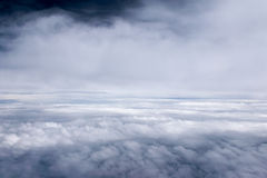Céu e nebuloso azuis no dia da luz do sol Fotos de Stock