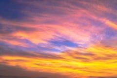 Céu e nebuloso dramáticos no por do sol Imagens de Stock Royalty Free