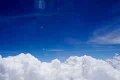 Céu e nuvem da janela de um avião Imagem de Stock