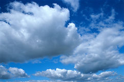 Céu e nuvens. imagem de stock