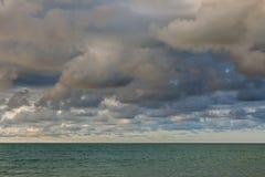 Céu e nuvens antes de vir da chuva Fotografia de Stock Royalty Free