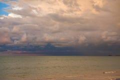 Céu e nuvens antes de vir da chuva Fotografia de Stock
