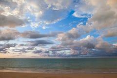 Céu e nuvens antes de vir da chuva Foto de Stock Royalty Free