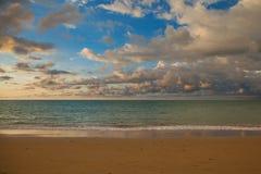 Céu e nuvens antes de vir da chuva Imagens de Stock Royalty Free