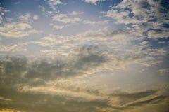 Céu e nuvens azuis e orenge imagem de stock