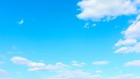 Céu e nuvens brancas - timelapse sem emenda do laço filme