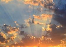 Céu e nuvens calmos do por do sol Fotografia de Stock