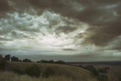 Céu e nuvens cinzentos sombrios nublado bonitos sobre o vale montanhoso fotos de stock