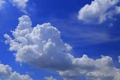 Céu e nuvens claros largos Imagens de Stock Royalty Free