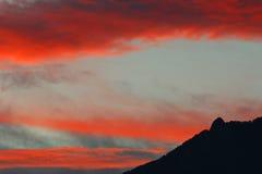 Céu e nuvens coloridos nas montanhas Foto de Stock Royalty Free