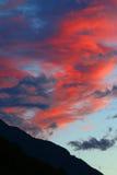 Céu e nuvens coloridos nas montanhas Imagem de Stock Royalty Free