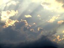 Céu e nuvens com raios do sol Imagens de Stock Royalty Free