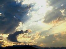 Céu e nuvens com raios do sol Imagens de Stock