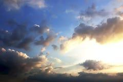 Céu e nuvens crepusculares dramáticos bonitos Imagens de Stock Royalty Free