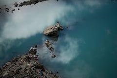 Céu e nuvens de Tibet da montanha dos Himalayas de Parvati do lago mountain Imagens de Stock