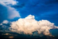 Céu e nuvens dramáticos no por do sol Fotografia de Stock Royalty Free