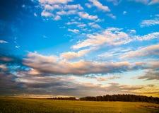 Céu e nuvens dramáticos no por do sol Imagem de Stock