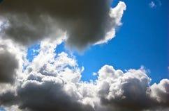 Céu e nuvens escuras fotos de stock