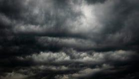 Céu e nuvens escuros dramáticos Fundo do céu nebuloso Céu preto antes da tempestade e da chuva do trovão Fundo para a morte, tris foto de stock royalty free