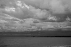 Céu e nuvens preto e branco Fotos de Stock Royalty Free
