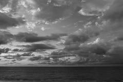 Céu e nuvens preto e branco Foto de Stock Royalty Free