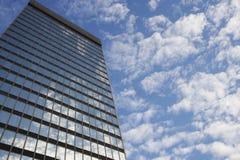 Céu e nuvens que refletem na opinião de baixo ângulo das janelas do arranha-céus Fotografia de Stock