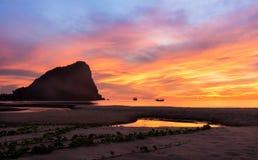 Céu e praia coloridos no nascer do sol Foto de Stock Royalty Free