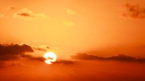 Céu e sol do ouro fotos de stock