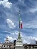 Céu em Roma com bandeira italiana Foto de Stock Royalty Free