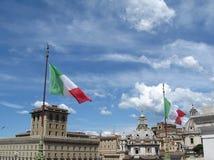 Céu em Roma com bandeira italiana Imagem de Stock Royalty Free