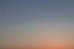Céu em um dia de verão com um avião Fotografia de Stock Royalty Free