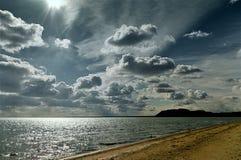 Céu ensolarado da praia do mar nas nuvens, ondas claras, areia amarela fotos de stock
