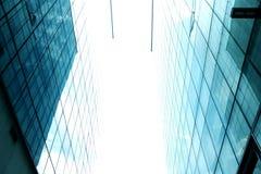 Céu entre edifícios altos Um canto entre o espaço de duas construções imagens de stock