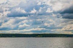 Céu escuro e detalhado acima da água foto de stock royalty free