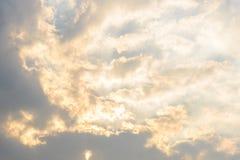Céu escuro e nebuloso preto antes da chuva pesada e tormentoso grandes Imagens de Stock Royalty Free