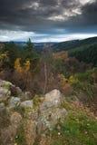 Céu escuro sobre uma formação de rocha bonita (Roche de Falize) em Bélgica Fotografia de Stock Royalty Free