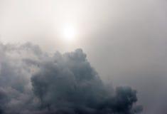 Céu escuro temperamental imagem de stock