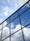 Céu espelhado nas janelas fotos de stock royalty free