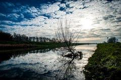 Céu espetacular e reflexão Fotos de Stock