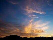 Céu espetacular europeu do por do sol com horizonte montanhoso imagem de stock