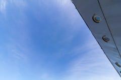 Céu estibordo e azul do navio velho de WWII imagem de stock