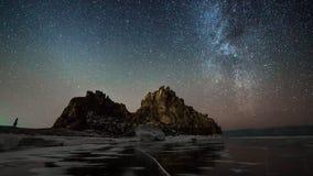 Céu estrelado do lapso de tempo no Lago Baikal vídeos de arquivo
