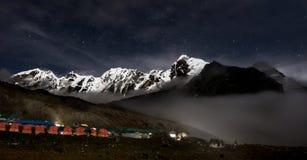 Céu estrelado e montanha da neve Foto de Stock Royalty Free