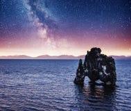 Céu estrelado fantástico e a Via Látea na costa leste da península Vatnsnes no norte de Islândia foto de stock royalty free