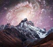 Céu estrelado fantástico Picos Snow-capped Cume caucasiano principal C imagem de stock