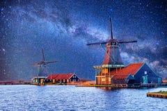Céu estrelado sobre moinhos de vento holandeses do canal em Rotterdam Foto de Stock