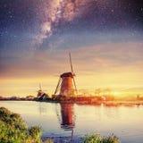 Céu estrelado sobre moinhos de vento holandeses do canal em Rotterdam Fotografia de Stock Royalty Free