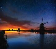 Céu estrelado sobre moinhos de vento holandeses do canal em Rotterdam Imagens de Stock