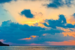 Céu extraordinariamente bonito no nascer do sol sobre o mar calmo Foto de Stock