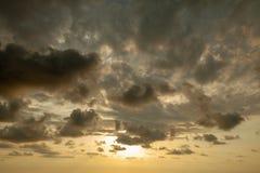Céu fantástico, por do sol dramático, fundo natural bonito O sol de ajuste ilumina as nuvens imagem de stock royalty free